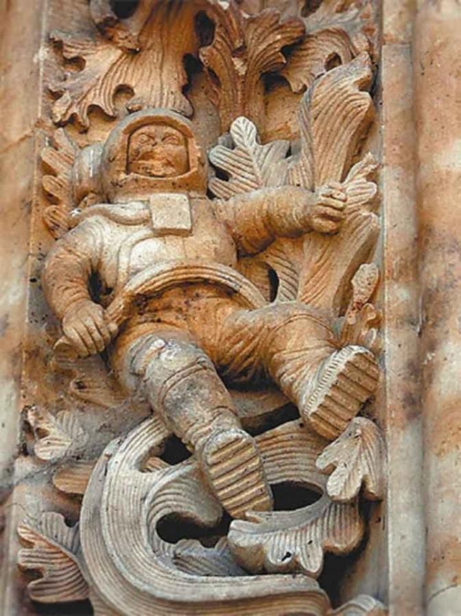 Статуя космонавта в испанском храме