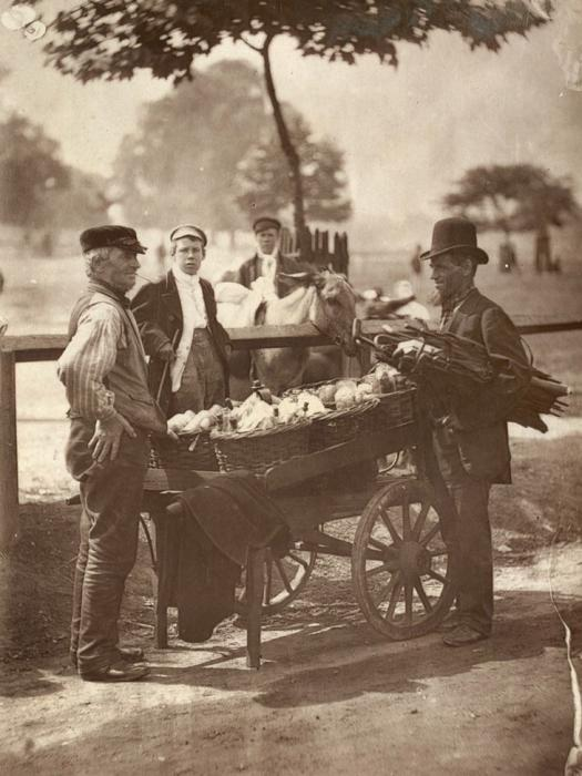 Бродячие медники и производители имбирного пива. (Photo by John Thomson/LSE Digital Library)
