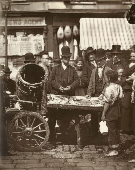 Дешевая рыба на Сент-Джайлс. (Photo by John Thomson/LSE Digital Library)