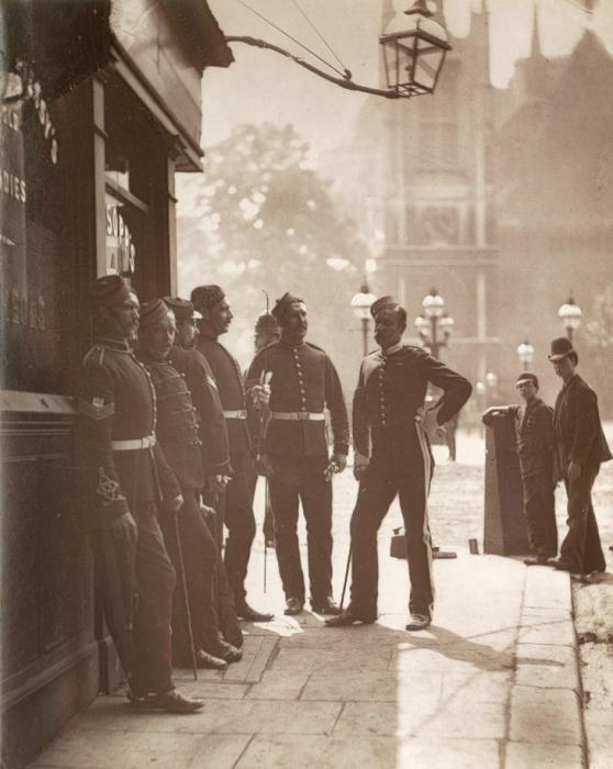 Прусские сержанты в Вестминстере. (Photo by John Thomson/LSE Digital Library)