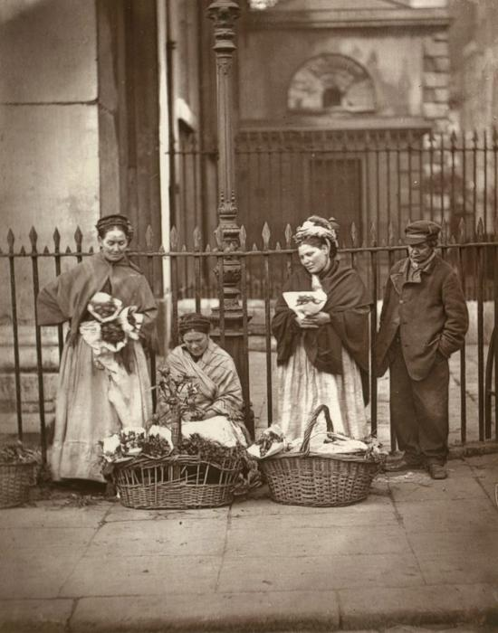 Цветочницы Ковент-Гарден. (Photo by John Thomson/LSE Digital Library)