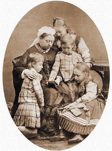 Виктория Саксен-Кобург-Готская с внуками. Алиса Гессенская - справа.