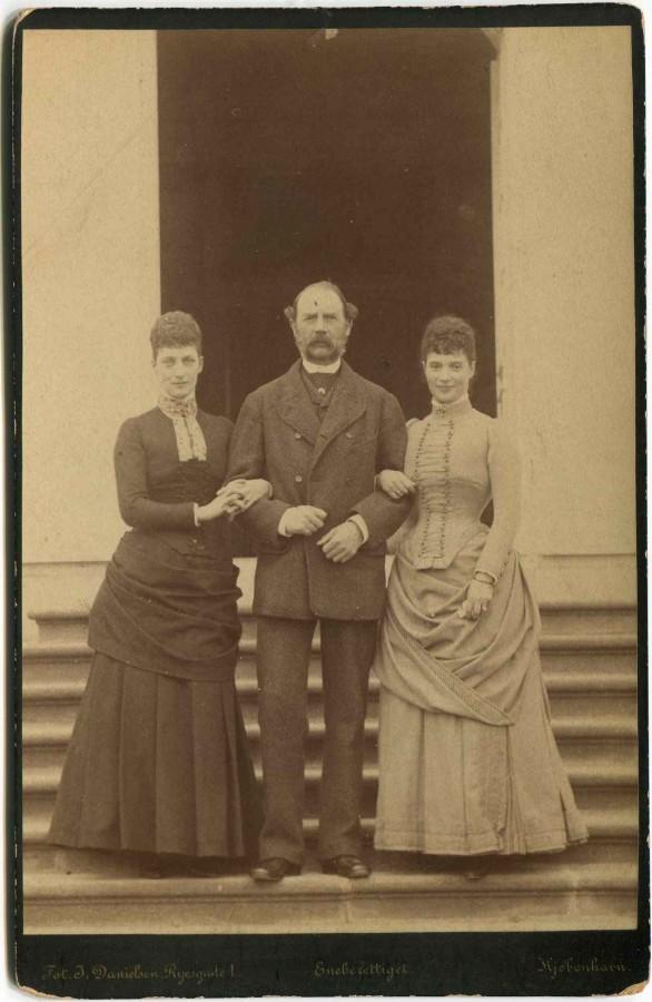 Александра и Дагмара с отцом Кристианом