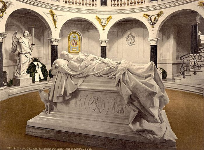 Саркофаг Фридриха III в мавзолее при Фриденскирхе.