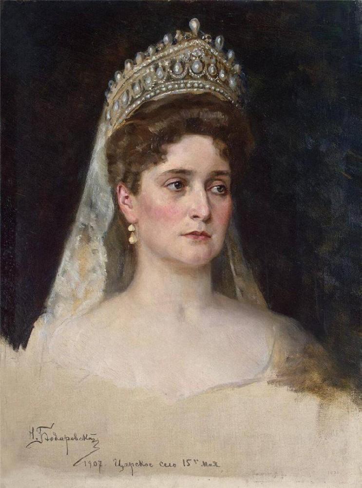 Урождённая принцесса Виктория Алиса Елена Луиза Беатриса Гессен-Дармштадтская,нем. (Victoria Alix Helena Louise Beatrice von Hessen und bei Rhein)