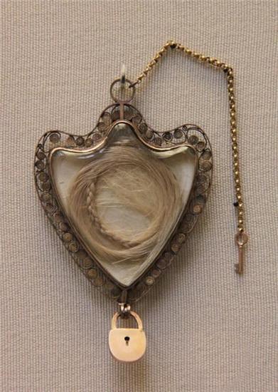 Золотой медальон в форме сердца с горным хрусталем.