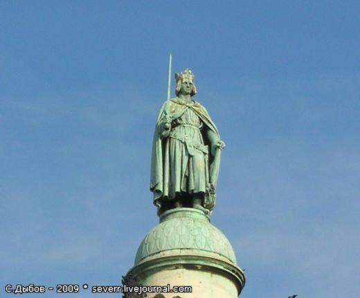 Статуя Наполеона I на вершине Вандомской колонны.