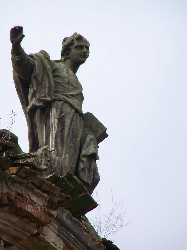 Уцелевшая скульптура одного из четырех евангелистов.