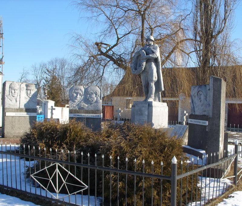 Братская могила советских солдат.