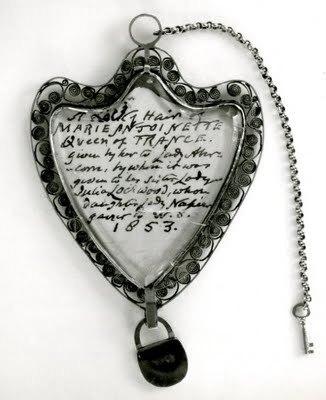 Золотой медальон Марии Антуанетты.