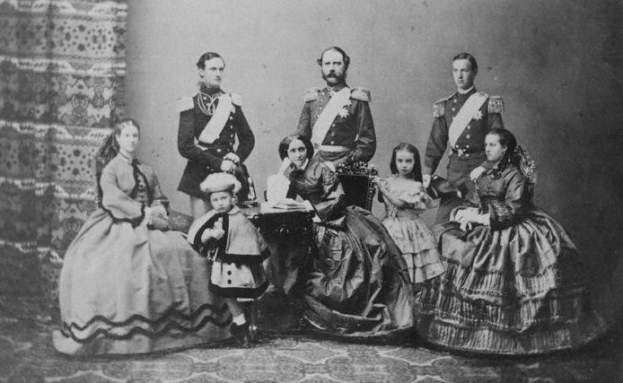 Король Кристиан IX и королева Луиза и их шесть детей.