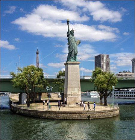 Статуя Свободы на Лебедином острове в Париже.
