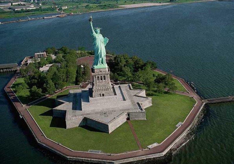 В этот день 17 июня 1885 года к берегам Нью-Йорка прибыл ценный подарок из Парижа.