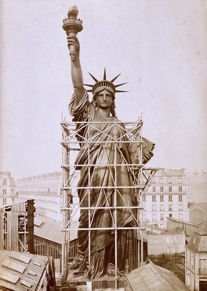 Голова Статуи Свободы в Париже в начале 1884 году перед отправкой в Америку.