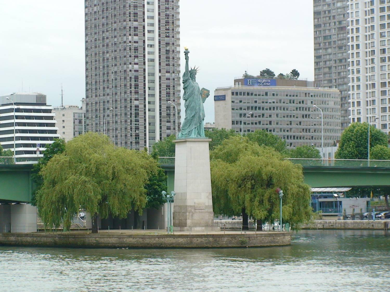 Это Парижская статуя Свободы.