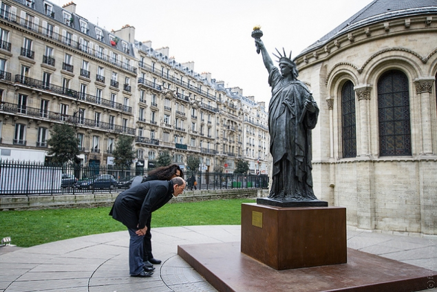 В Париже есть 3 статуи Свободы. Одна на мосту Гренель, вторая в саду Люксембург, а третья — возле музея Arts et métiers. Судя по табличке — это первая бронзовая копия настоящей статуи Свободы в Нью–Йорке.