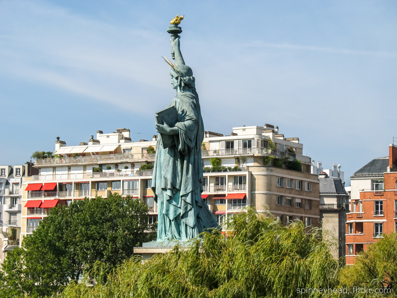 Статуя Свободы на Лебедином острове в Париже, вид с моста.