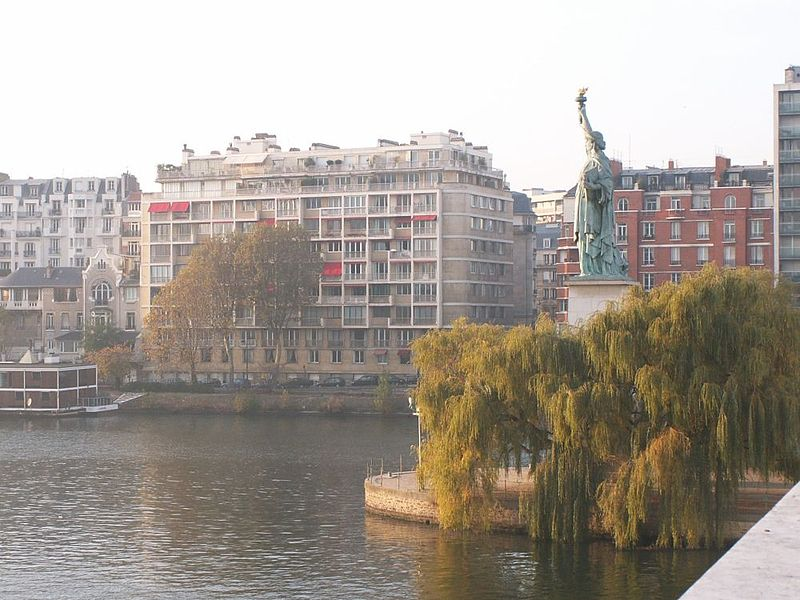 Статуя Свободы в Париже.