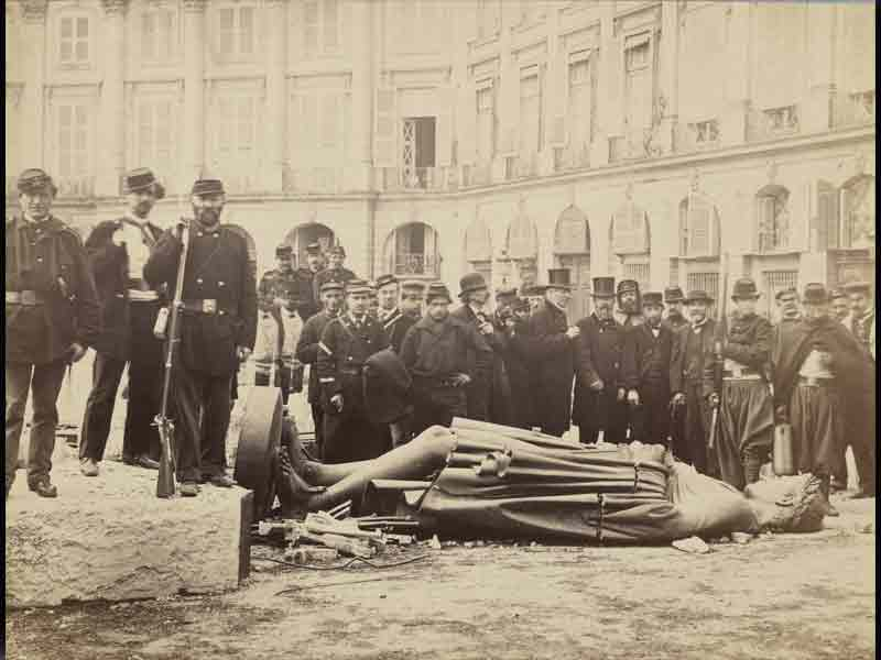 Был сброшен евреями-казаками Эльстона-Сумарокова с Вандомской колонны в 1871 году.